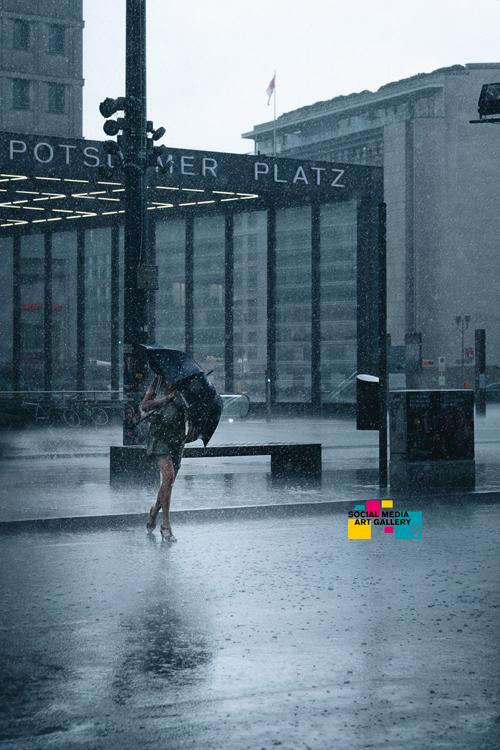 potsdamer platz regenschirm frau regen